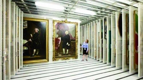 很多艺术品被贮藏在博物馆仓库中,无缘得见天日。