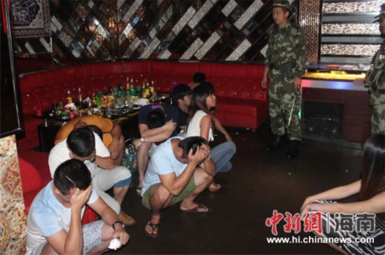 文昌边防凌晨突查娱乐场所 抓获32吸毒人员