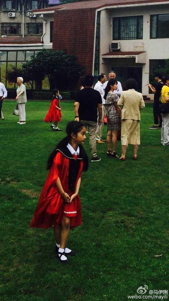 马伊�P女儿幼儿园毕业
