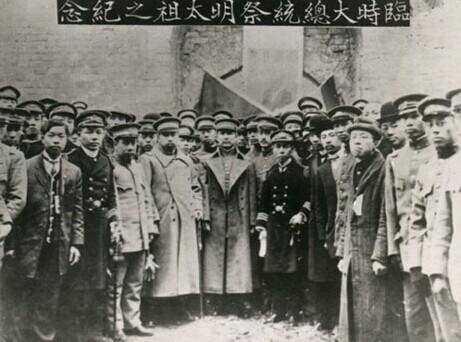 辛亥革命成功后,孫中山率新政府官員祭拜明孝陵,以示反清已成。