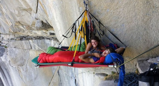 大学情侣酷爱攀岩蹦极挑战极限
