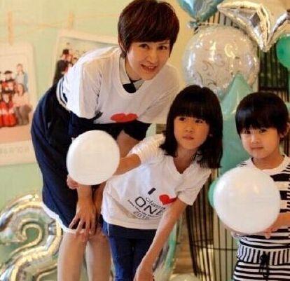 22日,一组疑似陆毅二胎女儿的照片遭网络疯传,引发热议。随后,陆毅在微博中晒出一组贝儿的毕业照。