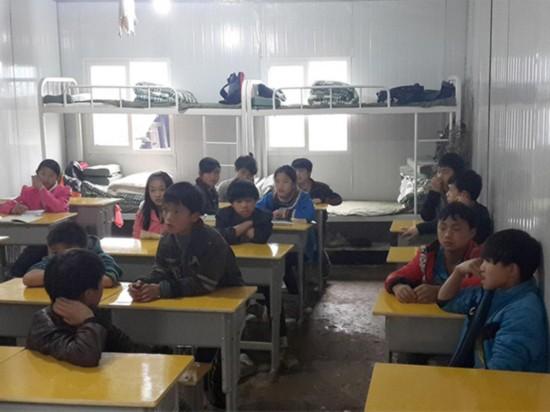 贵州一小学贫困寄宿生抽签睡觉:抽中睡床