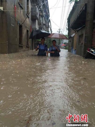 江苏持续降雨长江水位达警戒 多城水情告急