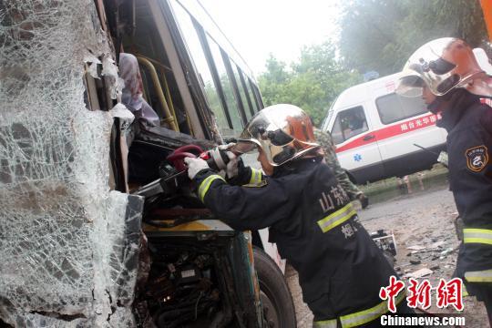 烟台一货车与一公交车相撞部分乘客受伤(图)