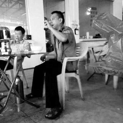 男子穿友人送的城管制服喝老爸茶被群众曝光