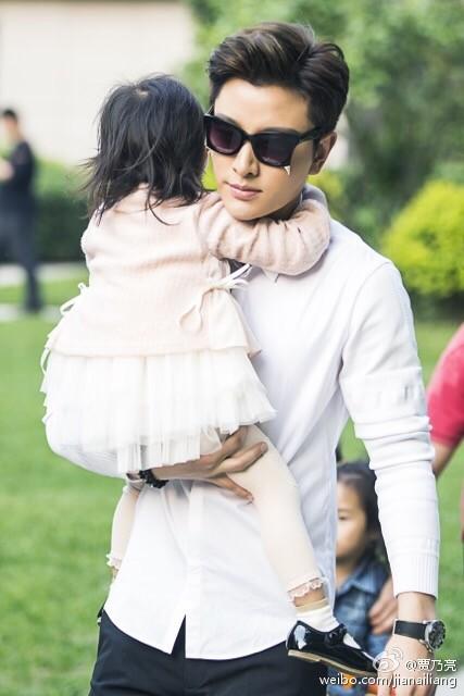贾乃亮李小璐结婚3周年 甜馨带你盘点神经乃爸如何炼成