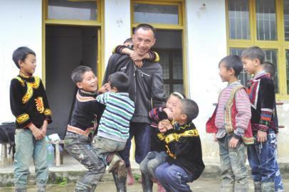 老师背篼走出村老师十年成都小学助其子坚守小数作文家图片