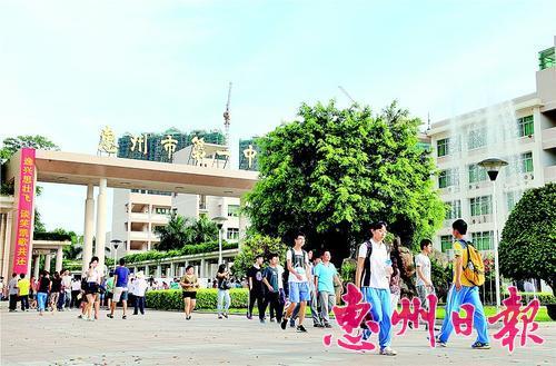考试结束,考生走出考场。(资料图片) 本报记者黄俊琦 摄