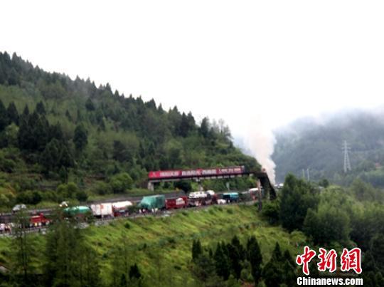 京昆高速四川广元境内一货车起火损失上百万货物