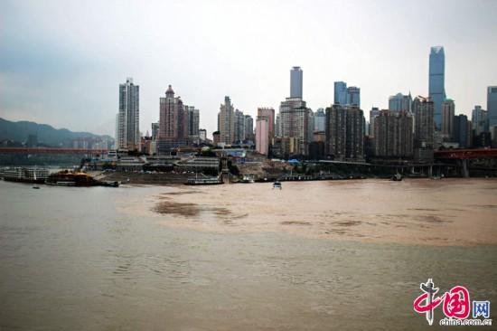 重庆两江交汇一清一浑变 鸳鸯锅图片