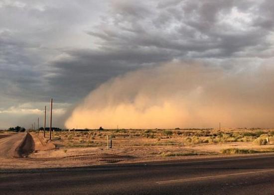 强沙尘暴再袭美国凤凰城卷起数十米高沙墙