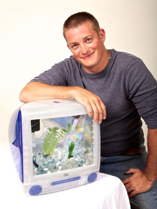 美艺术家变废为宝将旧显示器改装成精美水族箱