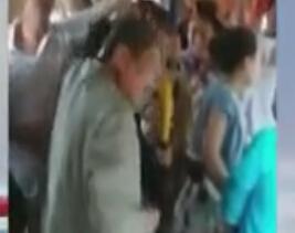 男子公交偷窃遭大妈抡鞋狂扇 求饶跳窗逃跑
