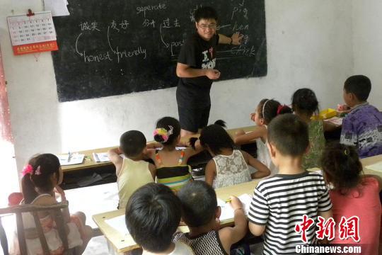 大学教师9年筹资90万元资助两千余贫困生
