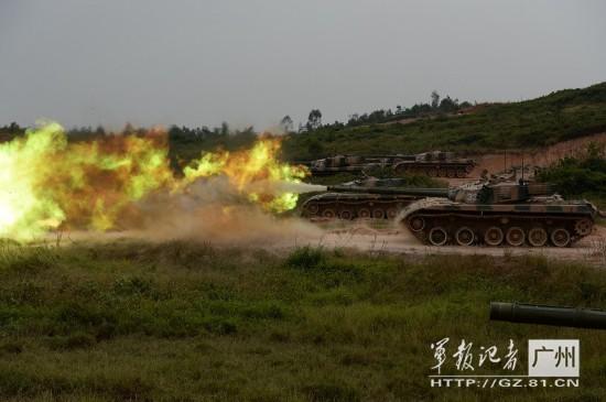 高清:96式坦克齐射火光震天