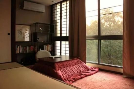 >>>>更多装修效果图田园风格中式古典日韩风格   榻榻米有很多种样式,很多年前我们只会一本正经地做整间的草席,现在想法多了,榻榻米可以改到阳台上,也可以搬到客厅一角,反正家里的任何角落都可以设计一个小榻榻米空间。因为日式榻榻米的保养要求比较高,所以很多家庭会模仿行榻榻米做成地台,地台的离地高度一般在625px左右,而榻榻米离地高度一般在35-1750px左右,大家可以根据自家的喜好的需求来选择。