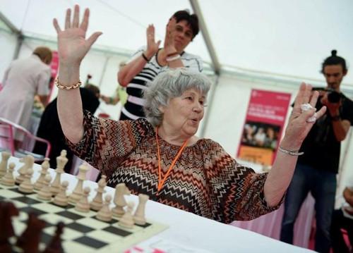 匈牙利老太创世界纪录半世纪下棋1.36万局(图)