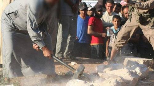 武装分子用大锤砸毁文物。