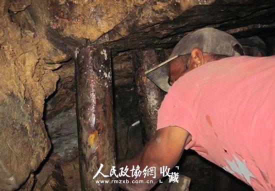 工人在坑道中开采琥珀