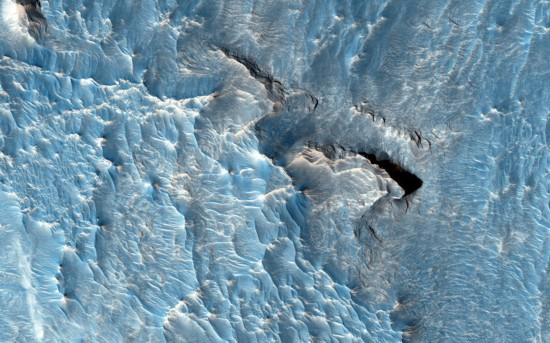 """轨道器捕捉火星地表图像 """"层峦叠嶂""""色彩斑斓"""