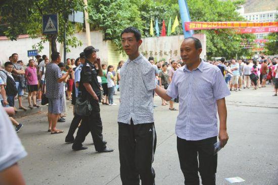 彭超和父亲走出高考考场。(资料图片)