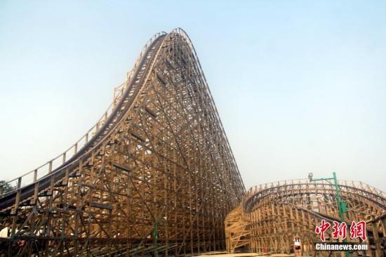 安徽一游乐园建起华东最大木质过山车