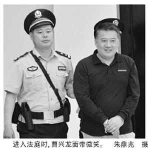 """""""公车接小狗""""局长受审:微笑打招呼 官味十足"""