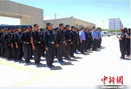 新疆公安机关组织警力全力投入到皮山地震抢险救灾工作中。 警方提供 摄