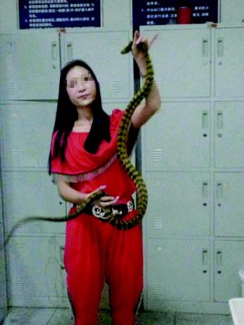 女子欲帶2米長寵物蛇坐火車過安檢驚呆眾人(圖)