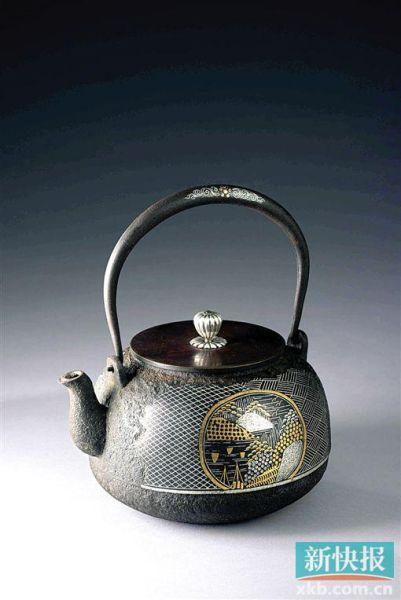 云色堂 和田美之助 金银象嵌山水平丸形铁壶 东京中央拍卖供图