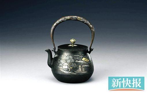 龙文堂 满工金银象嵌山中湖景图铁壶 东京中央拍卖供图