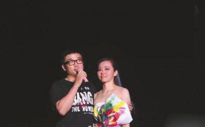 张靓颖演唱会上突然公布恋情 两人交往已有12年