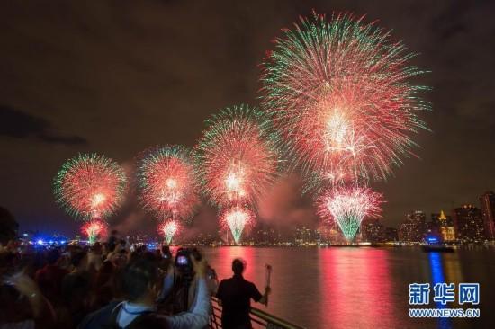 (國際)(1)梅西煙花節綻放紐約上空