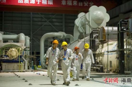 图为7月5日晚,海南国电西南部电厂的工人连夜调试设备。