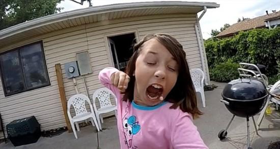美国小萝莉用弓弩拔牙逗笑众网友