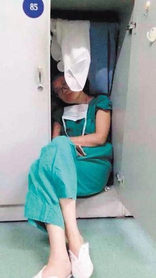 """女医生手术后在衣柜睡着 网友赞""""最美睡姿"""""""