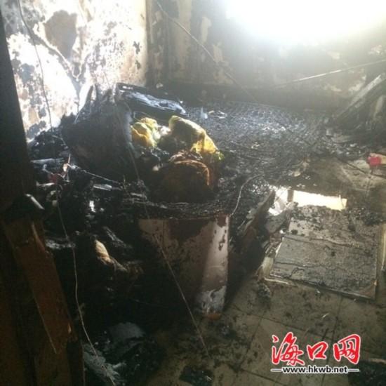海口一居民家火灾浓烟滚滚 卧室物品成灰烬