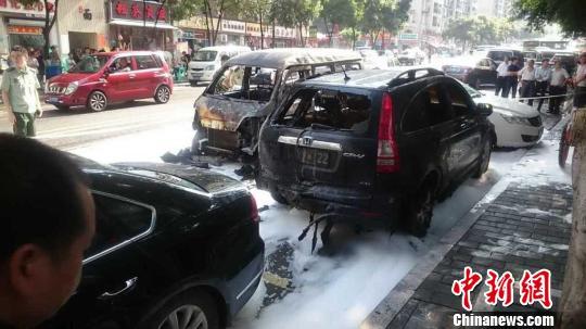网传重庆一轻轨站发生爆炸警方称实为汽车起火(图)