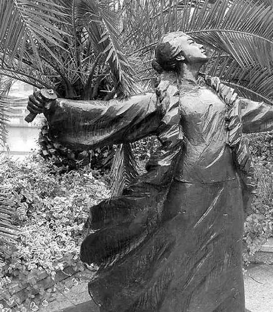 秋瑾雕像手中铜剑7次被盗文物局:这归规划局管(图)