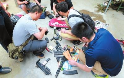 軍迷持仿真槍CS對戰:22把槍支被繳7人被刑拘