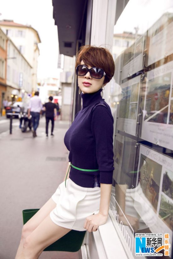 金巧巧巴黎街头拍写真 演绎简约时尚风秀美腿