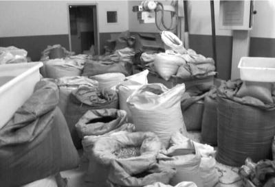 奥东中康医院库房内,廉价中药被随意摆在地上。警方供图