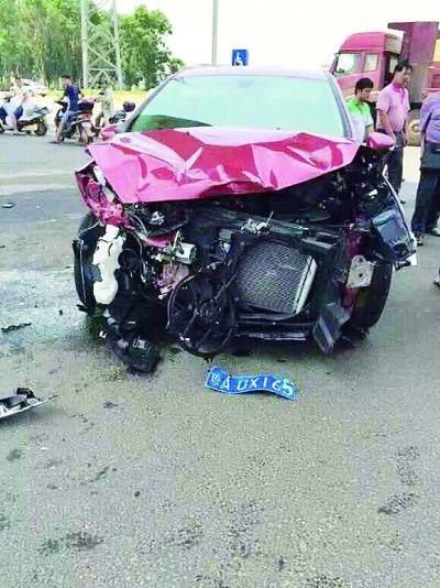 海口:民警驾车办案途中与轿车相撞