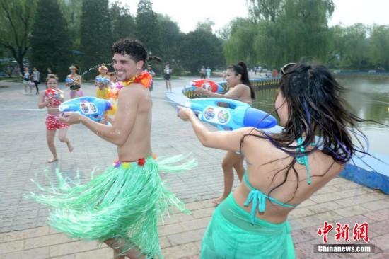 北京一游乐园内 猛男与美女大打水战