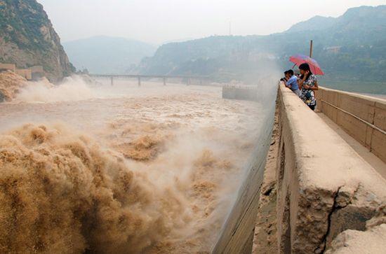 三门峡大坝开闸泄洪 数千市民冒险捞鱼场面壮观