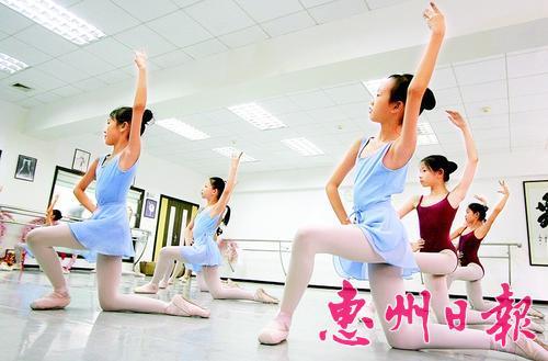 孩子们在培训机构练习芭蕾舞。 本报记者钟畅新 摄