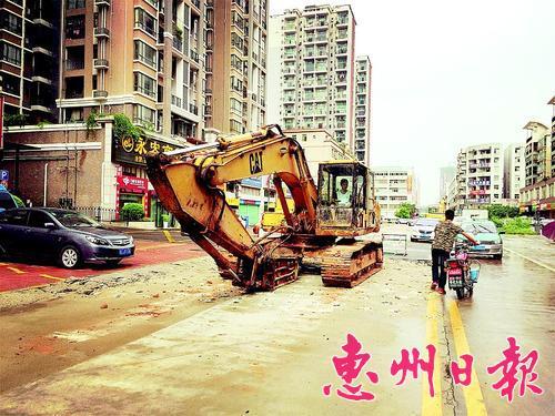 市区江北24号小区新沥西路施工现场。 本报记者杨 熠 摄
