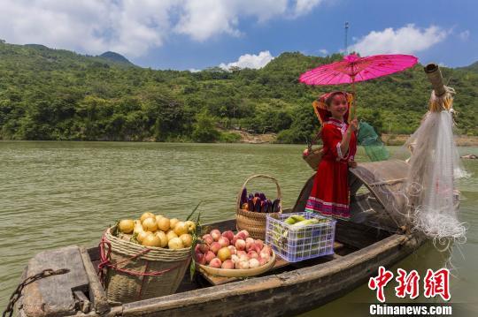 广东连州沙瑶妹盛装卖水果再现秦汉水上贸易盛景