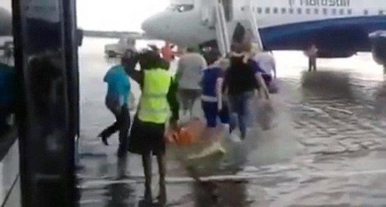 俄机场突降暴雨致地面积水 乘客涉水登机